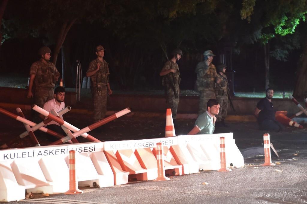 トルコ議会周辺に戦車、ヘリ撃墜 警察官17人死亡の情報も
