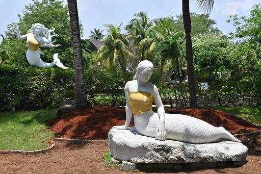 インドネシアの遊園地、半裸の人魚像の胸隠す 「家族観」にのっとり