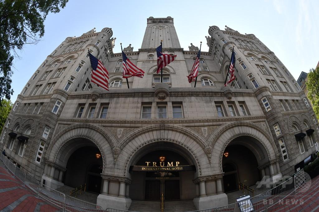 トランプ氏ホテルに「肥だめ」の文字浮かび上がる、抗議の投影
