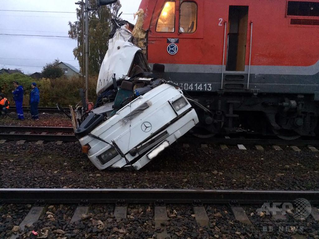 バスと列車が衝突、16人死亡 ロシア