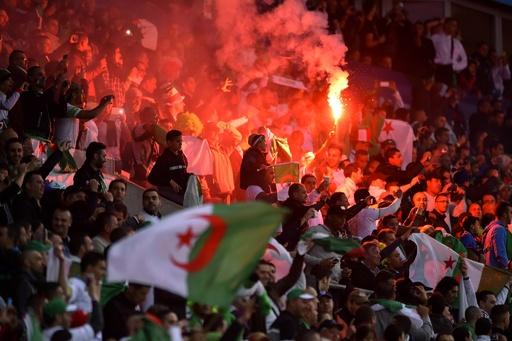 サッカー選手がスタジアムで物投げつけられ死亡、アルジェリア