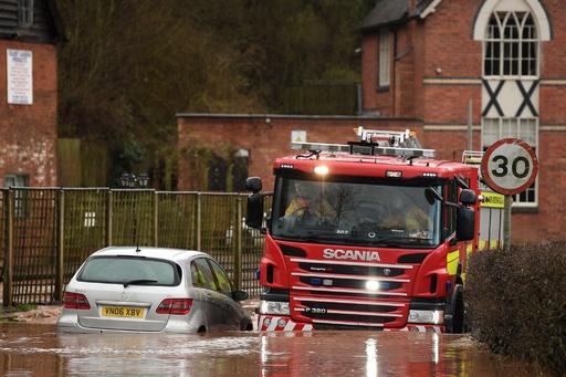 暴風雨「デニス」、英国で川に落ちた男性死亡 過去最多の警報・注意報 仏では停電