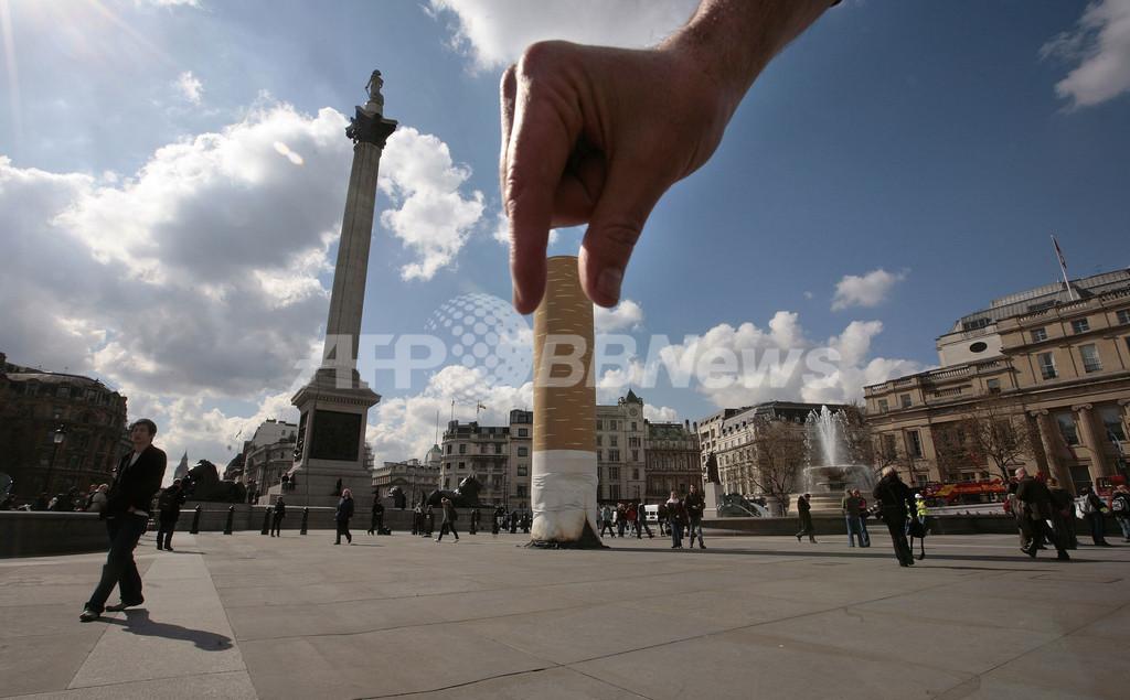 巨大なタバコの吸い殻、ロンドンの広場に出現