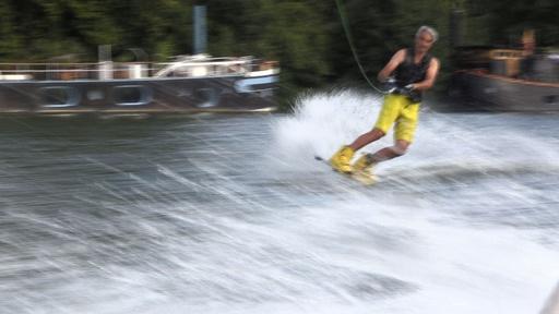 動画:仏セーヌ川で水上スキー! 都会で楽しめる水上スポーツの穴場