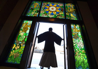 【写真特集】まばゆい仏の世界 寺院のステンドグラス