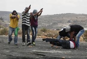 投石者装った「覆面警官」が発砲、パレスチナ人3人重軽傷