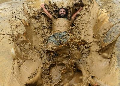 田植えシーズンの始まり祝う泥んこ祭り、ネパール