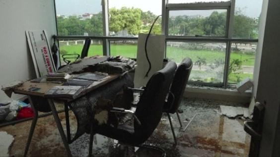 動画:ガボン首相、クーデター未遂の現場視察 破壊されたオフィス