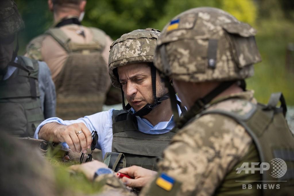 ウクライナ新大統領、分離派との戦いの前線視察
