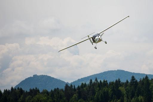 超軽量機で欧州・北米往復、北極上空で大気汚染度も計測 スロベニア冒険家