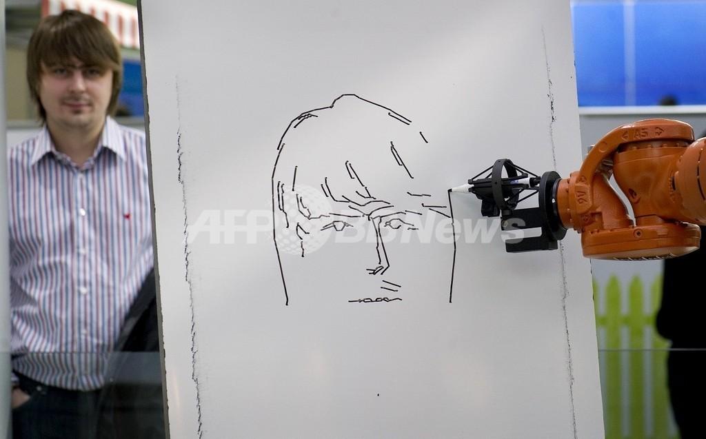 「正直すぎ」る似顔絵描きロボット、CeBITで注目