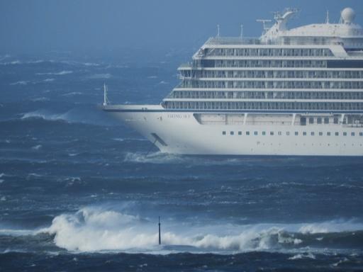 ノルウェー沖で豪華客船が航行不能に、乗客乗員1300人 夜もヘリで救助