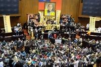 台湾国会を学生らが占拠、中国との貿易協定に反対