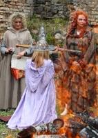 魔女になり切り儀式、リトアニアで伝統行事「ワルプルギスの夜」