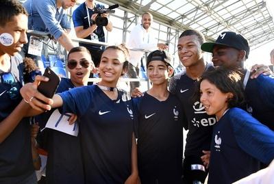 パリ郊外貧困地域のサッカー少年、仏代表チームの活躍に沸く