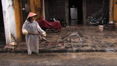動画:ベトナム台風、住民や消防士らが通りを片付け 洪水被害の古都