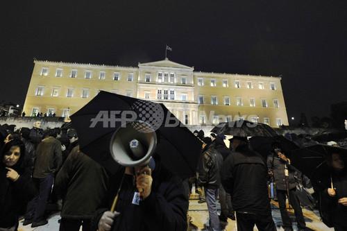 フィッチ、ギリシャ国債を2段階格下げ 「デフォルト間近」と判断