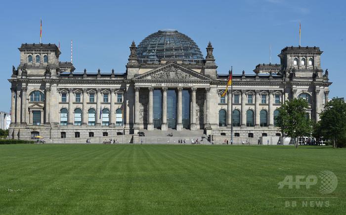 独議事堂前でナチス式敬礼、中国人観光客2人を逮捕