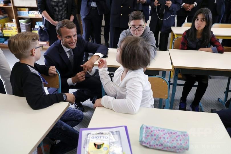 フランスの小学校で少人数学級制スタート、マクロン大統領が公約