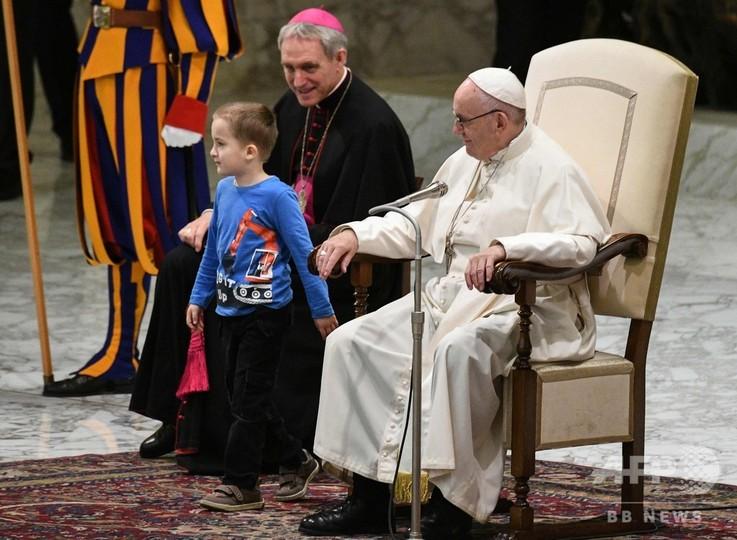 ローマ法王、母の手逃れた自閉症児の「自由」たたえる