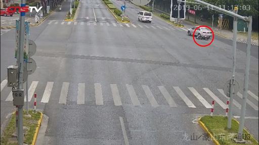 動画:自動車に巻き込まれた男性、奇跡的に救出される