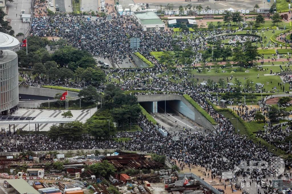 香港、大規模デモで中心部がまひ 「逃亡犯条例」改正案に抗議