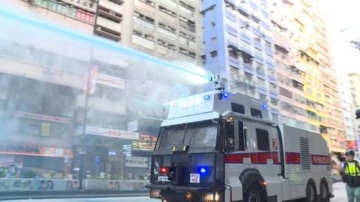 動画:香港で無許可デモに数万人、火炎瓶投げ店舗破壊 警官隊は放水銃で対応