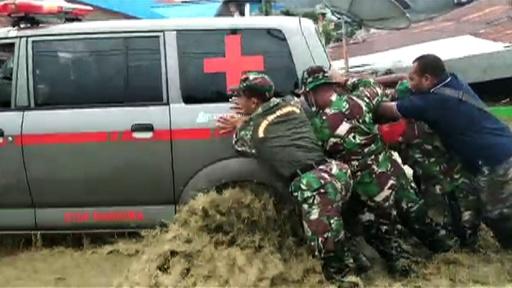 動画:インドネシア鉄砲水、死者89人に 被災地の映像