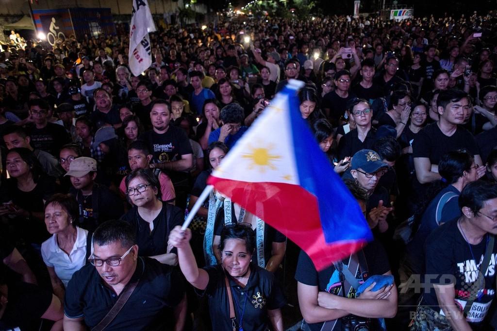 フィリピン首都、ドゥテルテ大統領支持派と反対派が集会に参加