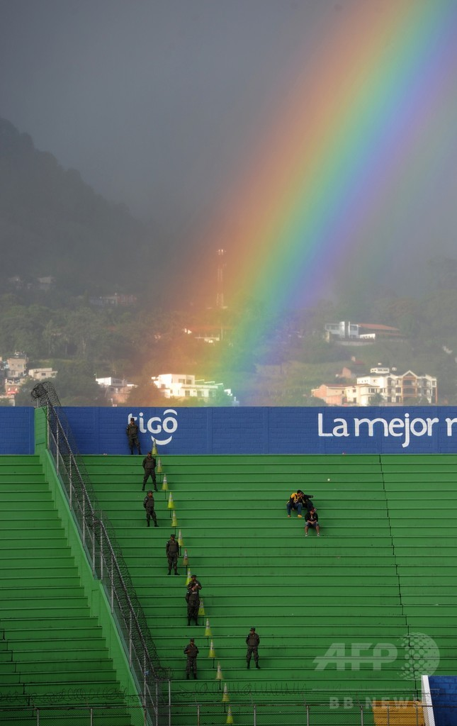 幸運はどちらのチームに?サッカースタジアム上空に虹の橋