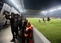 観客の投げた物体が監督直撃、頭部負傷で試合中止に トルコ