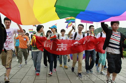 性的指向の「矯正術」に立ち上がる同性愛者、中国