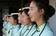 頭上に本、口に箸、手にはトランプ…中国観光ガイドのマナー講習