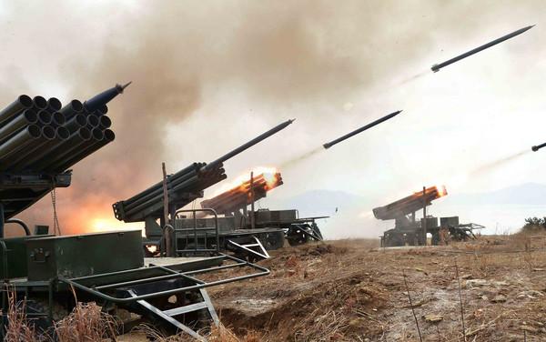北朝鮮が日本海に向けミサイル発射、「情け容赦ない攻撃」誓う