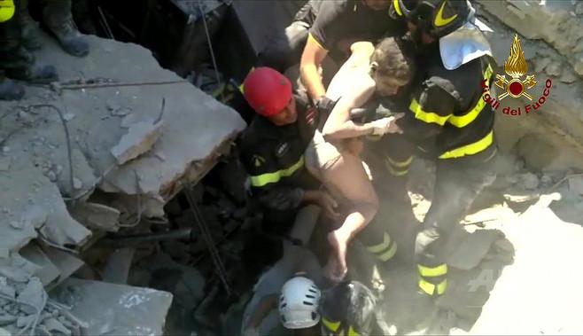 伊リゾート島地震、11歳兄が弟の命救う 3兄弟を無事救出