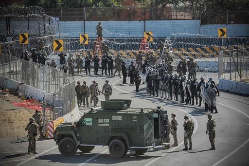 米、加州の対メキシコ国境を一時封鎖 移民数百人が柵越え試み