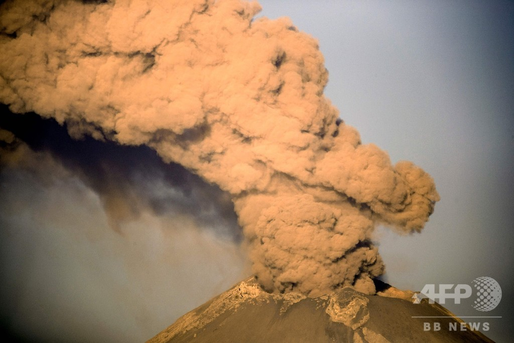 メキシコ、首都近郊火山の警戒レベル引き上げ 避難命令の1段階手前に
