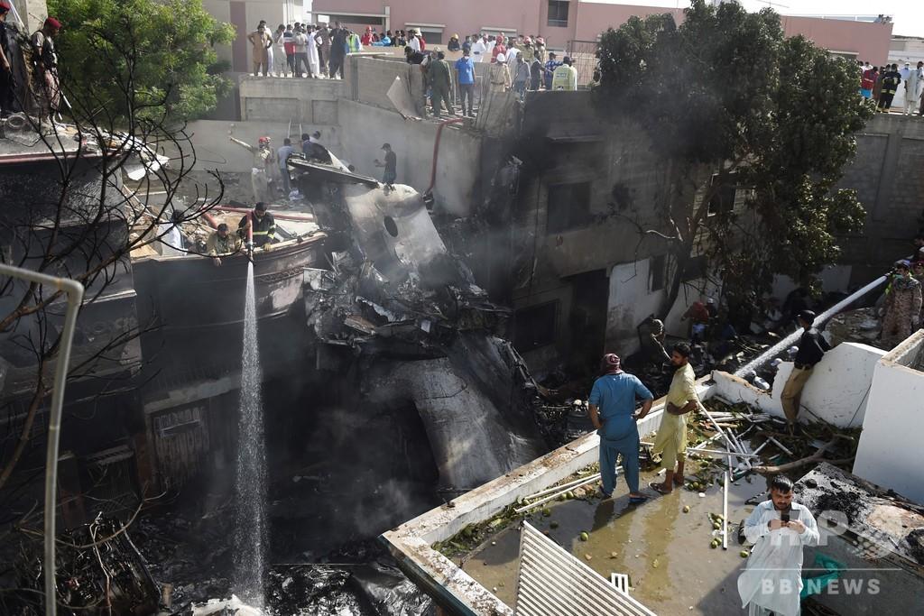 パキスタン旅客機が住宅地に墜落 約100人搭乗、80遺体収容