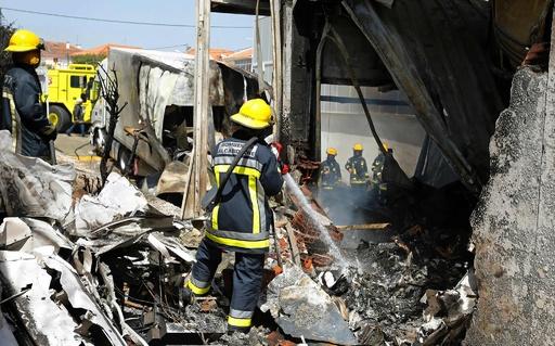 スーパーの倉庫に小型機墜落、5人死亡 ポルトガル