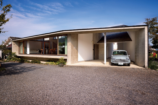 【ENGINE・ハウス】縁側のあるモダンな平屋住宅 旧車のミニと里山で暮らす