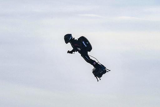 動画:仏発明家、「フライボード」による英海峡横断に成功