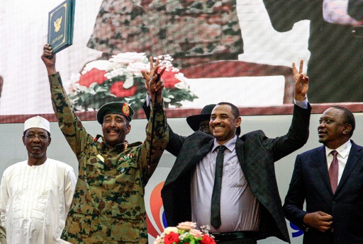 スーダンで暫定憲法に調印、8か月の混乱に終止符 喜びの声 夜更けまで