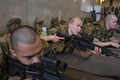 ノルウェー北部セテルモエンにある機甲大隊で武器を手に基礎訓練に臨む新兵たち(2016年8月11日撮影)。(c)AFP/KYRRE LIEN
