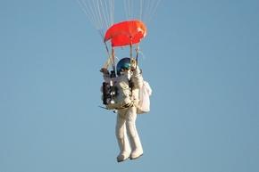 グーグル副社長、成層圏からの降下で世界記録達成