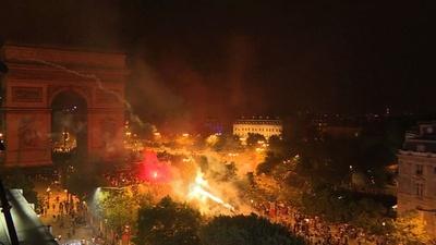 動画:W杯勝利に沸くフランス、各地で衝突や事故相次ぐ 死者・重傷者も