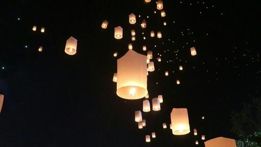 動画:夜空にランタンふわり タイでロイクラトン祭り開催