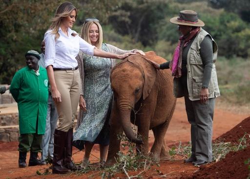 アフリカ歴訪中のメラニア夫人、赤ちゃんゾウと触れ合い