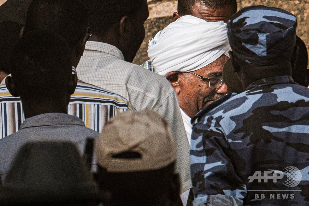 スーダンのバシル前大統領を送検、クーデター後初めて姿現す