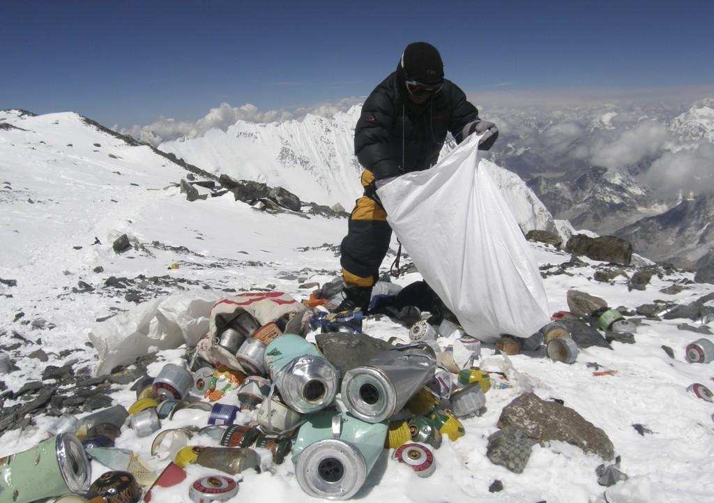 エベレスト登山者にごみ収集を義務化へ、ネパール