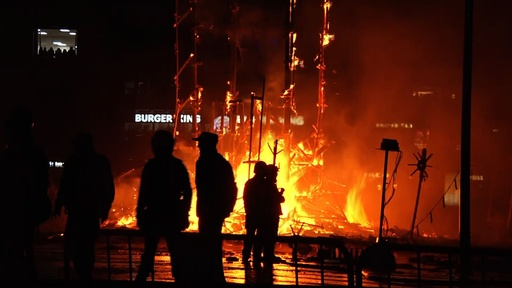動画:巨大な張り子を燃やす火祭り「ファリャス」最終日 スペイン・バレンシア